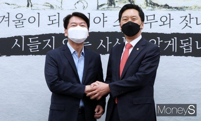 [머니S포토] 손 붙잡은 김기현-안철수 '첫' 회동