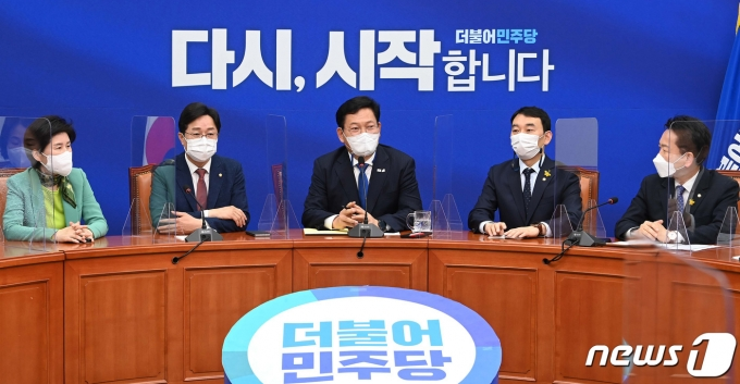 송영길 더불어민주당 대표(가운데)가 4일 국회에서 열린 초선의원 간담회에서 발언하고 있다. 2021.5.4/뉴스1 © News1 이동해 기자