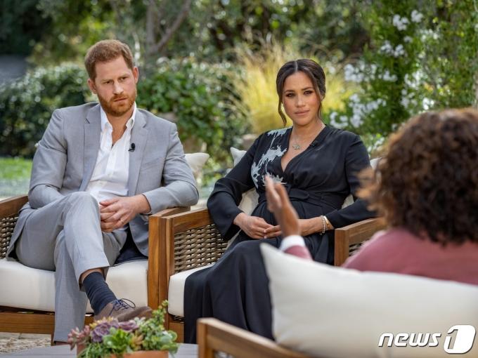 영국 왕실과 결별하고 미국에 거주 중인 해리 왕자와 메건 마클 왕자비가 2021년 3월8일(현지시간) 캘리포니아주 로스앤젤레스의 CBS에서 오프라 윈프리와 인터뷰를 하고 있다. © 로이터=뉴스1 © News1 우동명 기자