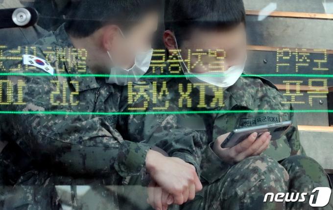 서울역 대합실에서 휴대전화를 보고 있는 군장병. 2020.11.23/뉴스1 © News1 이동해 기자
