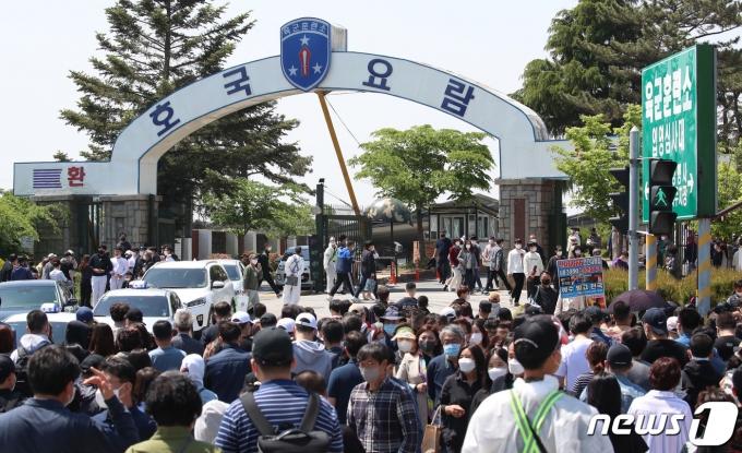3일 오후 충남 논산 육군훈련소 입영심사대에서 입영장병들이 입소하고 있다. 2021.5.3/뉴스1 © News1 김기태 기자