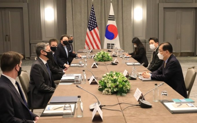 정의용 외교부 장관(오른쪽)이 3일(현지시간) 영국 런던에서 토니 블링컨 미국 국무장관과 회담하고 있다./사진=외교부