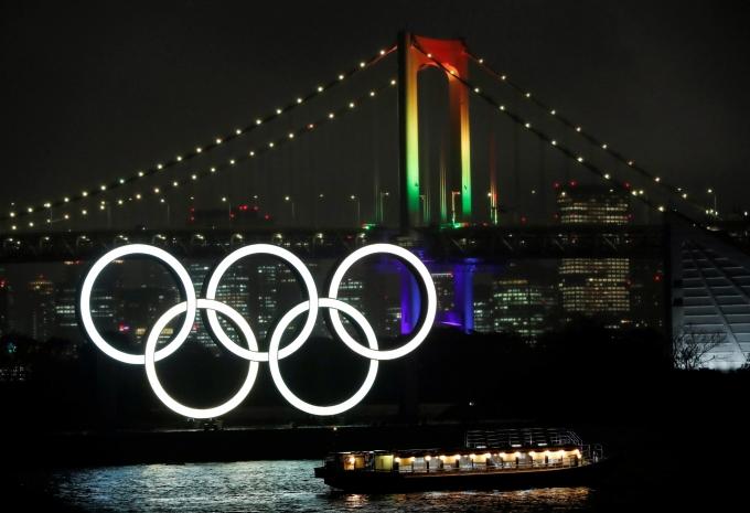 일본 정부가 도쿄 등지에 내린 긴급사태를 연장한다면 도쿄올림픽 정상 개최에도 차질이 생길 것으로 예상된다. 사진은 일본 도쿄 시내에 있는 올림픽 조형물. /사진=로이터