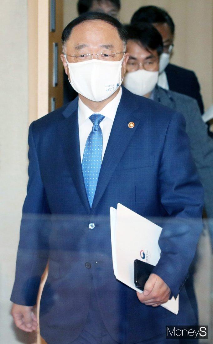 [머니S포토] 부동산시장 관계장관회의 입장하는 '홍남기'