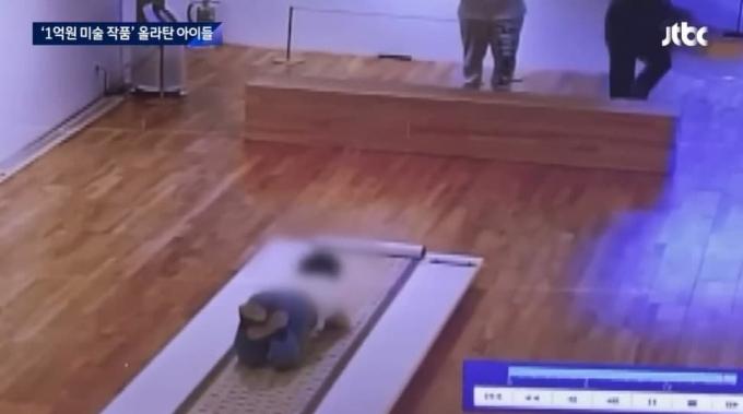 """한국화 거장 박대성 화백의 작품을 어린이 2명이 훼손했다. 박 화백은 아이들의 행동을 """"문제 삼지 말라""""며 선처했다. /사진=JTBC"""