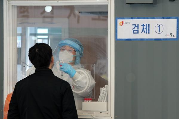 6일 방역당국에 따르면 휴일 효과로 신종 코로나바이러스 감염증(코로나19) 일일 확진자 수가 다시 500명대를 기록했다. 사진은 어린이날인 5일 서울 중구 서울역광장에 마련된 코로나 임시선별진료소에서 시민이 검사를 받는 모습. /사진=뉴스1