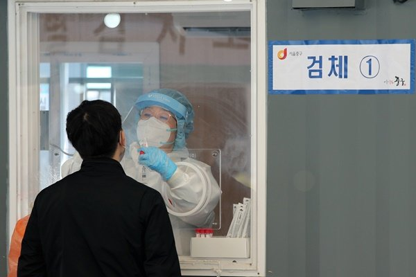 신규 코로나 확진자 '다시 500명대'… 전날 대비 102명 감소 (종합)