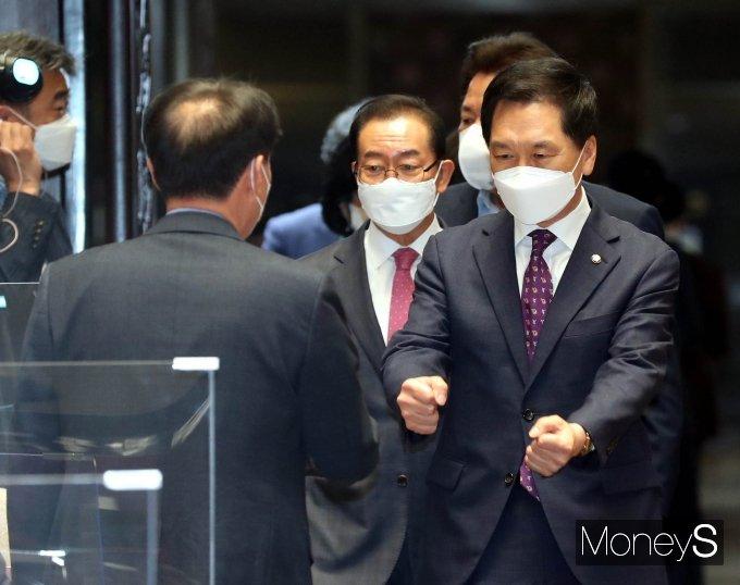 [머니S포토] 긴급의총 참석하며 의원들과 인사하는 김기현