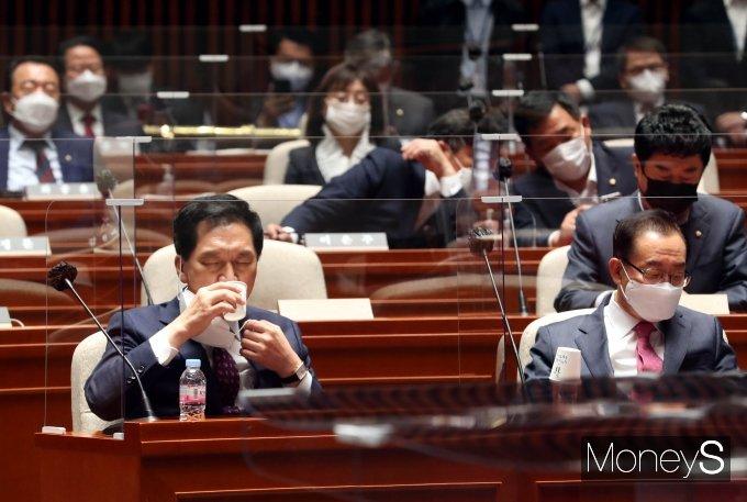 [머니S포토] 목 축이는 김기현 대표 권한대행