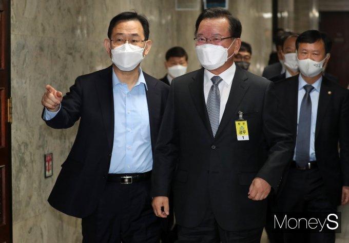 [머니S포토] 인사청문회 앞서 대화하는 김부겸·주호영