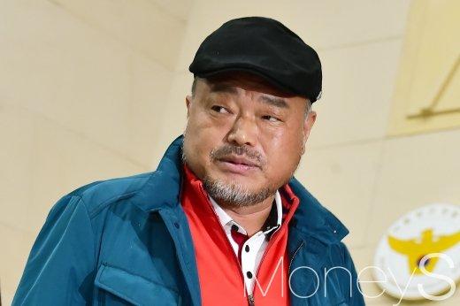 가수 김흥국이 서울 시내에서 차를 몰다가 오토바이를 치고 달아난 혐의로 불구속 입건됐다. /사진=임한별 기자