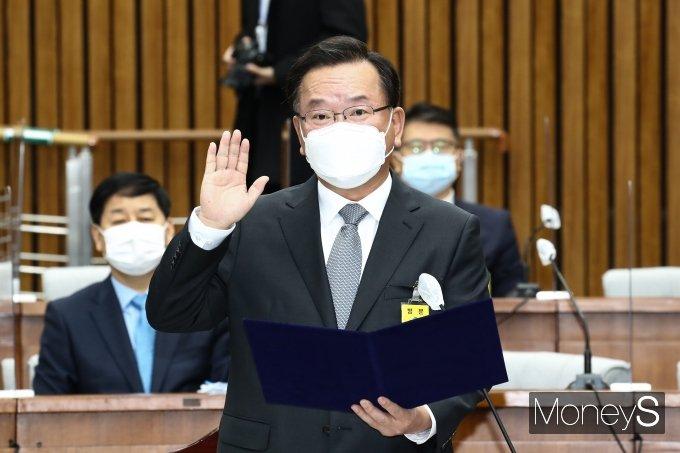 [머니S포토] 인사청문회 선서하는 김부겸 후보자