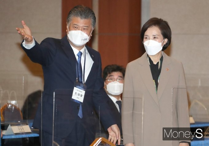[머니S포토] 문재인정부 4주년 국정비전과 성과 컨퍼런스 참석한 조대엽·유은혜