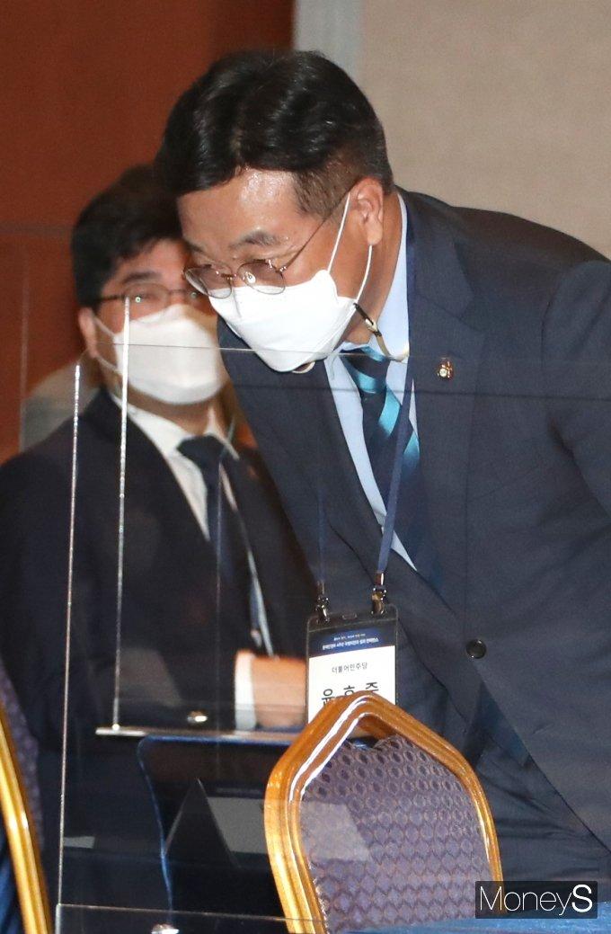 [머니S포토] 문 정부 4주년 컨퍼런스 참석한 윤호중 원내대표