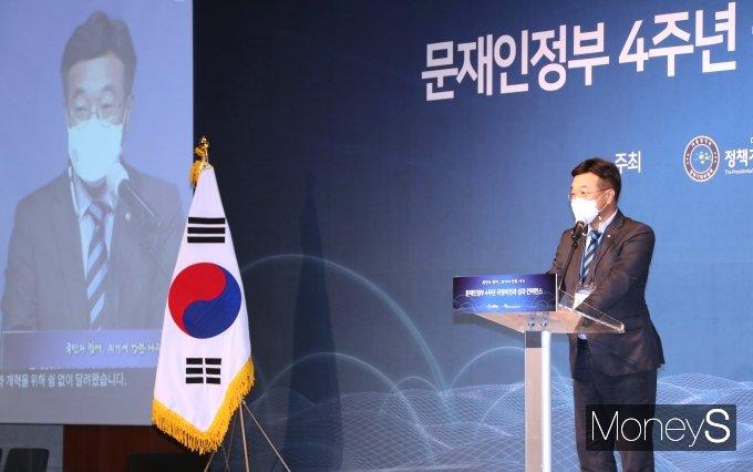 [머니S포토] '문 정부 4주년' 컨퍼런스 축사하는 윤호중 원내대표