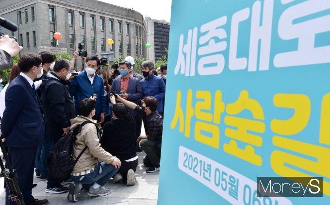 [머니S포토] 오세훈 시장, 서울 도심 보행로 '사람숲길' 점검