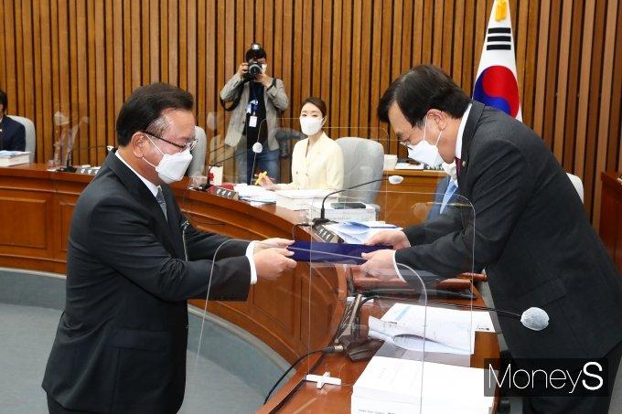 [머니S포토] 서병수 위원장에게 선서문 전달하는 김부겸 후보자