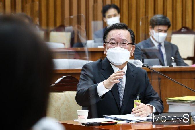 [머니S포토] 국무총리 인사청문회, 질의 답하는 김부겸