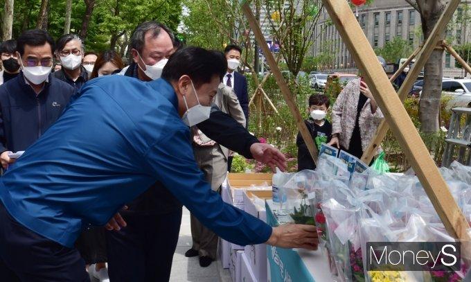 [머니S포토] 봄향기 물씬, 서울숲 살피는 '오세훈'