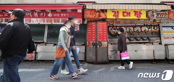 금융당국이 신종 코로나바이러스 감염증(코로나19)에 따라 영업이 악화된 중소기업과 소상공인들이 신용등급 하락 등으로 부담을 지지 않도록 신용 평가 시 회복 가능성을 반영하는 등 조치에 나선다. 사진은 지난 3월 서울 중구 명동거리의 상가들이 굳게 닫혀 있는 모습./사진=뉴스1