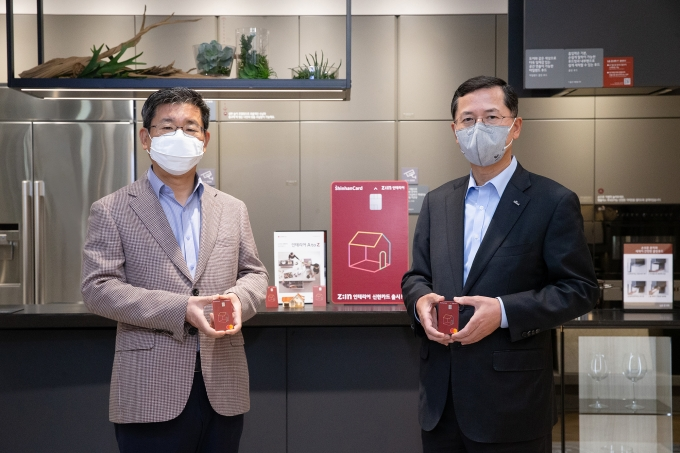 신한카드는 LG하우시스와 손잡고 인테리어 전용 PLCC인 'Z:IN 인테리어 신한카드(지인 카드)'를 출시했다. 카드 출시에 맞춰 서울 논현동에 위치한 LG지인 인테리어 지인스퀘어 강남전시장에서 진행한 제휴 조인식에서 강계웅 LG하우시스 대표이사(왼쪽)와 임영진 신한카드 사장(오른쪽)이 기념사진을 촬영하고 있다./사진=신한카드