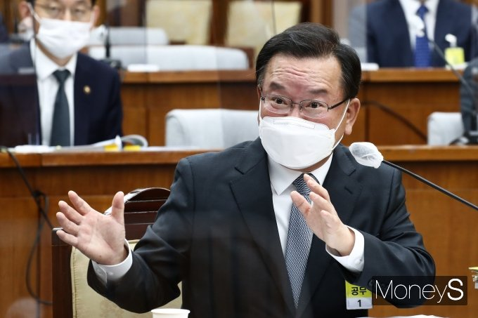 6일 오전 국회 인사청문회에서 김부겸 국무총리 후보자가 자신의 저서에 썼던 학교폭력 관련 부분에 대한 입장을 밝혔다./ 사진=장동규 기자
