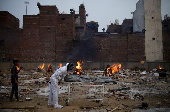 인도의 코로나19 일일 확진자가 41만명을 넘어 또 사상 최다를 기록했다. 사진은 인도 뉴델리 소재 화장터 모습. /사진=로이터