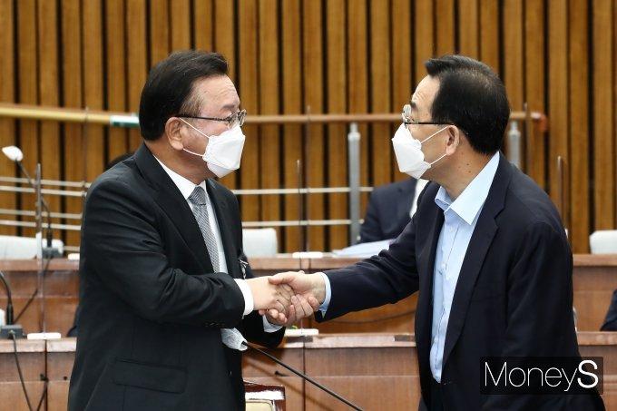 [머니S포토] 김부겸 총리 후보 인사청문회장 찾은 주호영