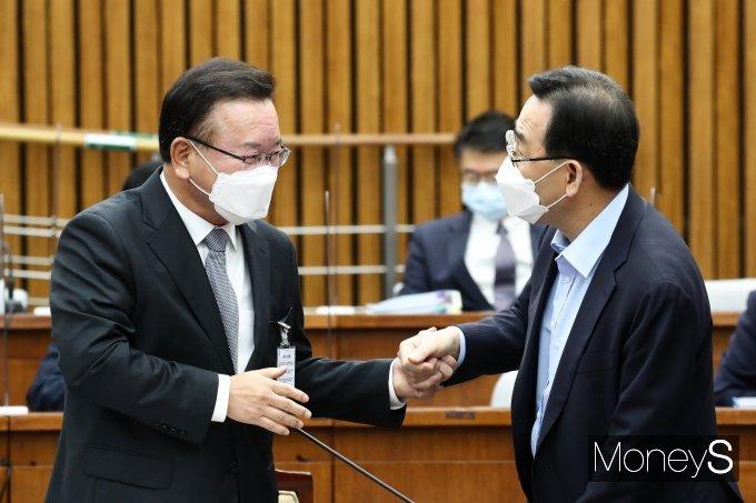 [머니S포토] 주호영 손 잡은 김부겸