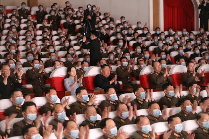 미국이 북한의 공격적인 답변에도 화해의 손짓을 연이어 내밀고 있다. 잇따른 미국의 유화 제스처에 북한이 대화의 테이블로 나올지 관심이 쏠린다. 사진은 지난 5일 김정은 국무위원장이 전날 조선인민군 대연합부대들에서 올라온 군인가족예술소조 공연을 관람하는 모습. /사진=뉴스1