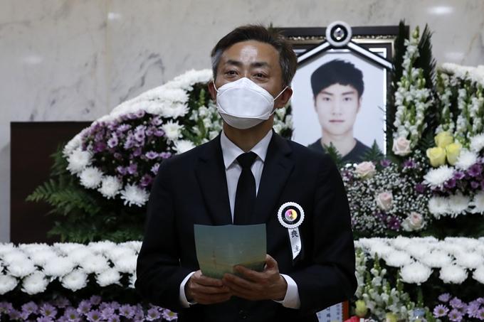 경찰이 반포한강공원에서 실종됐다가 숨진 채 발견된 대학생 A씨 친구 동선 파악에 집중하고 있다. 사진은 A씨 발인식을 앞두고 편지를 읽는 A씨 아버지. /사진=뉴스1