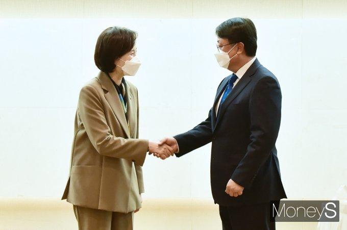 [머니S포토] 교육부-국교조 첫 교섭, 악수 나누는 유은혜·남중웅