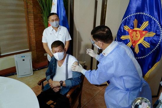 """두테르테 필리핀 대통령 """"중국은 우리의 은인""""… 자국민은 분노"""