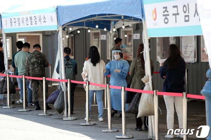 어린이날인 5일 서울 중구 서울역광장에 마련된 신종 코로나바이러스 감염증(코로나19) 임시선별진료소에서 시민들이 검사를 기다리고 있다./뉴스1 © News1 황기선 기자