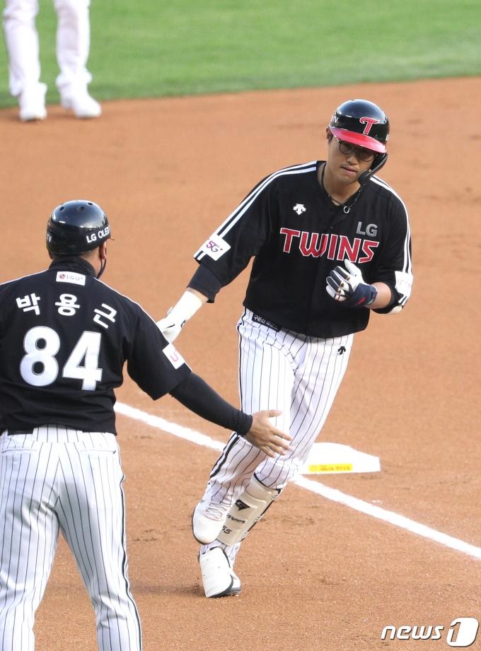 [사진] LG 채은성 '첫 타석 투런 홈런'