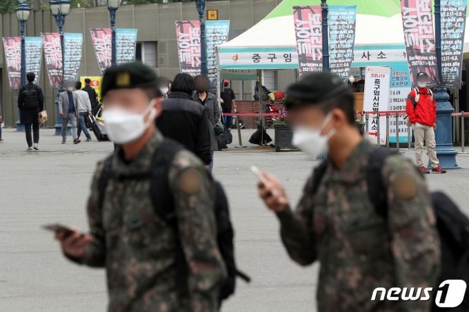 지난달 27일 휴대전화를 든 군 장병들이 서울역 광장을 지나가고 있다. 2021.4.27/뉴스1 © News1 황기선 기자