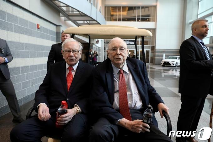 워런 버핏과 그의 오랜 파트너인 찰리 멍거 버크셔 해서웨이 부회장(오른쪽). © 로이터=뉴스1 © News1