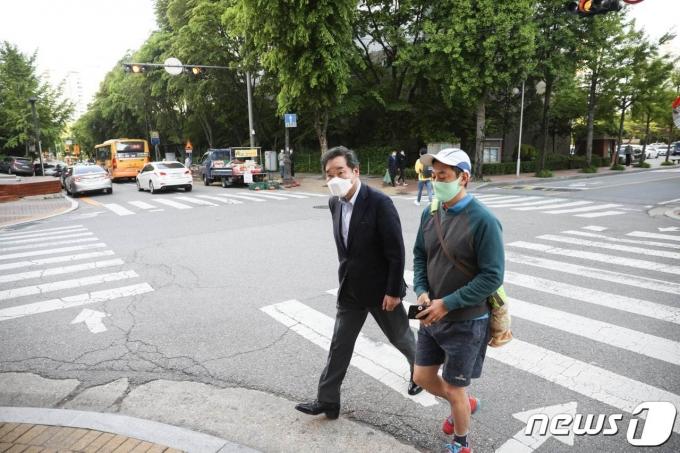 이낙연 전 더불어민주당 당대표가 5일 성남시 분당구 분당로 효자촌현대아아파트에서 도보 배송을 하고 있다. (이낙연 전 대표 측 제공)© 뉴스1