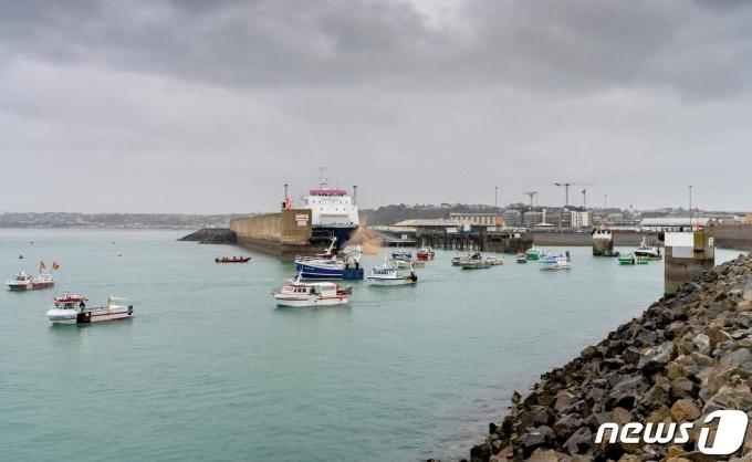 프랑스 어선들이 영국 저지섬에서 선상 항의 시위를 벌이고 있다. © 로이터=뉴스1