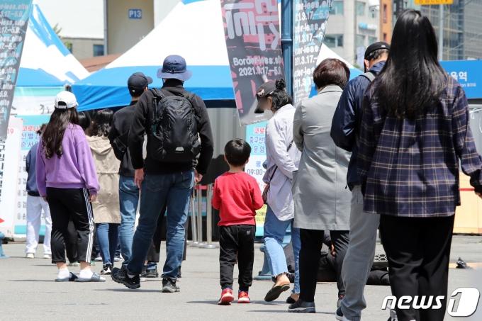 어린이날인 5일 서울 중구 서울역광장에 마련된 신종 코로나바이러스 감염증(코로나19) 임시선별진료소에서 시민들이 검사를 기다리고 있다. 2021.5.5/뉴스1 © News1 황기선 기자