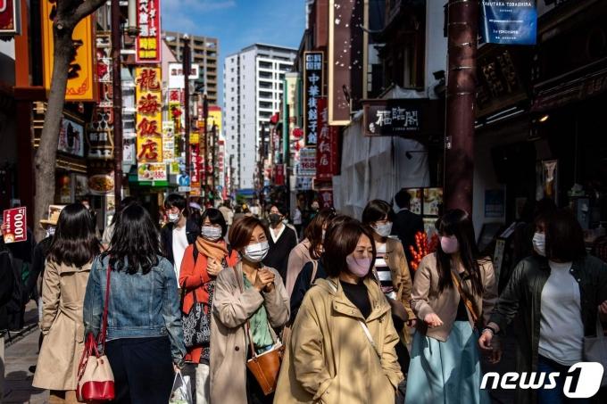 거리를 걷고 있는 일본 시민들 © AFP=뉴스1