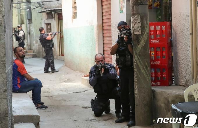 브라질 리우데자네이루 자카레지뉴 슬럼가에서 2021년 5월 6일(현지시간) 경찰이 마약밀매상 체포 작전을 벌이고 있다. © 로이터=뉴스1