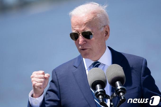 조 바이든 미국 대통령이 2021년 5월 6일(현지시간) 루이지애나주 레이크찰스에 위치한 웨스트레이크 10번 고속도로 인근 칼카시외 강둑에서 인프라 투자 계획에 대한 지지를 호소하고 있다. © AFP=뉴스1