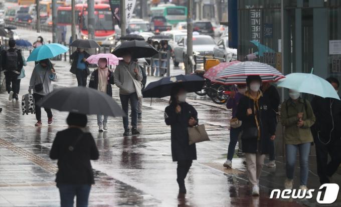 기상청이 전국적으로 많은 비를 예보한 4일 오후 경기도 수원시 팔달구 수원역 인근에 우산을 쓴 시민들이 발걸음을 재촉하고 있다. 2021.5.4/뉴스1 © News1 김영운 기자