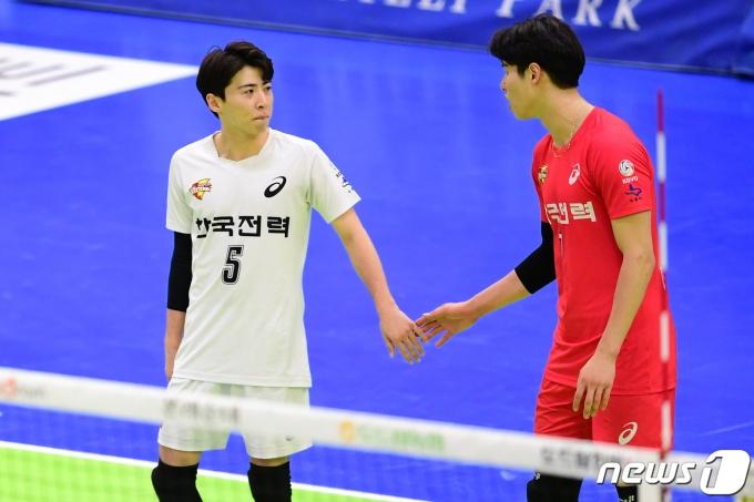한국전력의 오재성(왼쪽)과 이시몬. (한국배구연맹 제공) © 뉴스1
