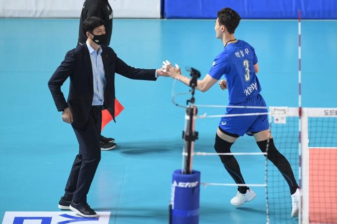 24일 대전충무실내체육관에서 열린 도드람 2020-2021 V-리그 한국전력과 삼성화재와의 경기에서 장병철 한국전력 감독이 박철우와 하이파이브를 나누고 있다. (한국전력 배구단 제공) 2021.3.24/뉴스1