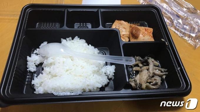 소셜미디어상에 '부실 급식'으로 제보된 군 급식 사진. ('육군훈련소 대신 전해드립니다' 페이스북 갈무리) © 뉴스1