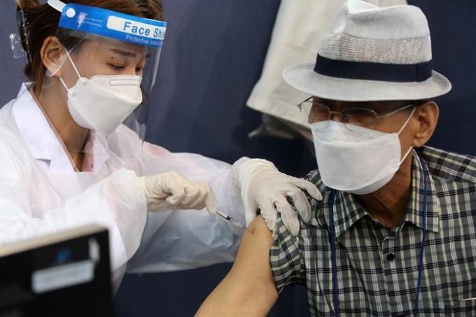 신종 코로나바이러스 감염증(코로나19) 백신 접종에 대한 공포감이 날이 갈수록 커지고 있다. 충북 지역에서 급기야 단순 변사 사건이 백신 부작용 사망 사례로 오인되는 일까지 벌어졌다. 사진은 지난 6일 오전 대구육상진흥센터에 마련된 수성구 예방접종센터에서 시민이 백신을 맞고 있는 모습. /사진=뉴스1