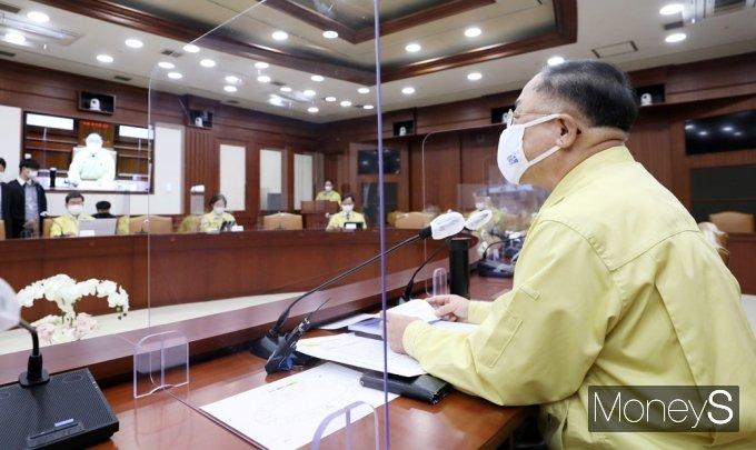 [머니S포토] 코로나19 중대본 회의 주재하는 '홍남기' 총리 대행