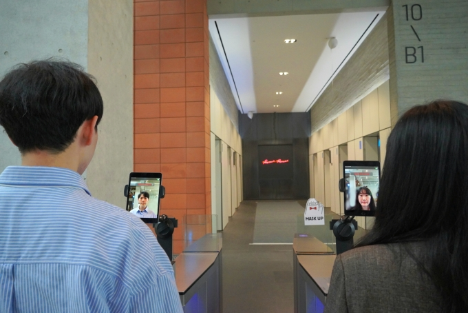 AI 기반 얼굴인식 서비스가 적용된 NHN 사옥 출입 게이트 /사진제공=NHN
